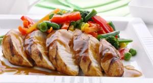 Запеченная куриная грудка с горчицей и овощами